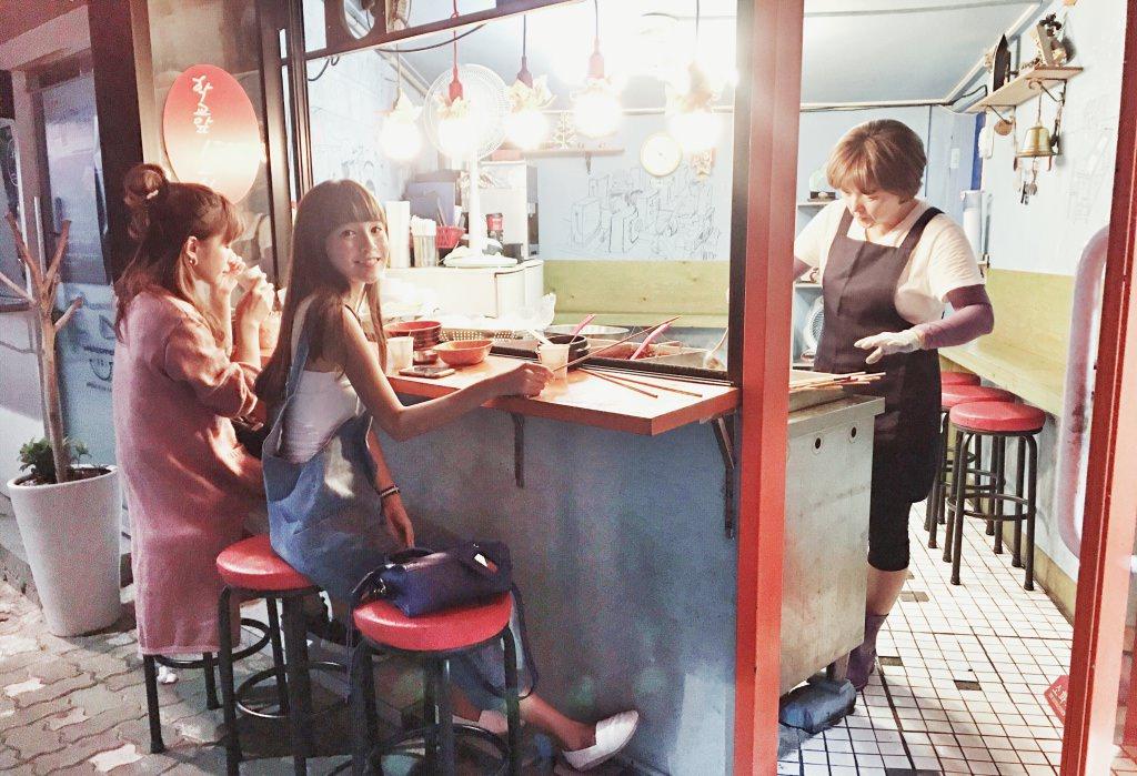 [韓國首爾-道地小吃]必吃路邊美食 魚板 血腸 辣炒年糕 冷颼颼寒冬喝上一碗胡椒熱湯 『傳統韓式關東煮』暖身又暖心 ♥ 小Connie愛夢遊。遊記食記